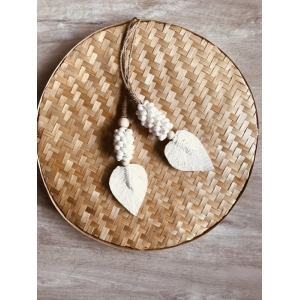 Leaf tassel met  witte schelpen