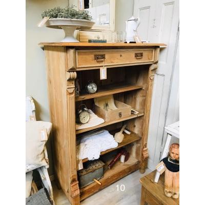 Oude blank houten kast