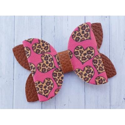Grote strik roze met panter hartjes met bruine basis 7,5 x 5 cm op alligator clip