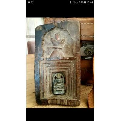 antiek houten altaartje met losse stenen boeddah